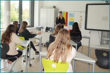 Faceshield im Klassenraum